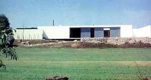 Residência Rafael R. da Luz, arquiteto Oswaldo Arthur Bratke, 1986 [SEGAWA, Hugo e DOURADO, Guilherme Massa. Oswaldo Arthur Bratke. São Paulo, ProEditores, 19]