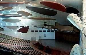 Aula Magna, Ciudad Universitaria de Caracas, Carlos Raúl Villanueva. Interior com móbiles de Alexander Calder, 1952-53