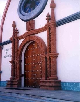"""Portada do Templo """"Virgem do Rosario"""". Note-se os detalhes do barroco mestiço e tiahuanaco"""