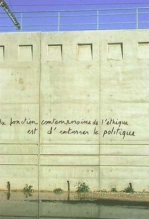 """Parede do pavilhão francês: """"A função contemporânea da ética é enterrar a política [Pavilhão Francês]"""