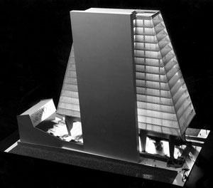 """Proposta original – embasamento em """"pilotis"""" com praça """"pública"""" e torre piramidal – """"landmark"""" [ANELLI, Renato; GUERRA, Abilio; KON, Nelson. Rino Levi, arquitetura e cidade. São Paulo, R]"""
