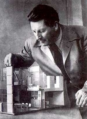 Gerrit Rietveld com maquete [BROWN, T. The work of Gerrit Rietveld, architect. Utrecht, A.W.Bruna & Zoon]