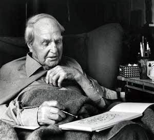 Henry Moore desenhando em Hoglands, 1983 [The Henry Moore Foundation]