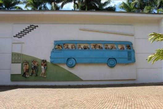 Rodoviária de Brumadinho, mural em alto relevo, 2005. Artistas John Ahearn e Rigoberto Torres, Galeria Praça, Instituto Inhotim<br />Foto Diogo Augusto Mondini Pereira