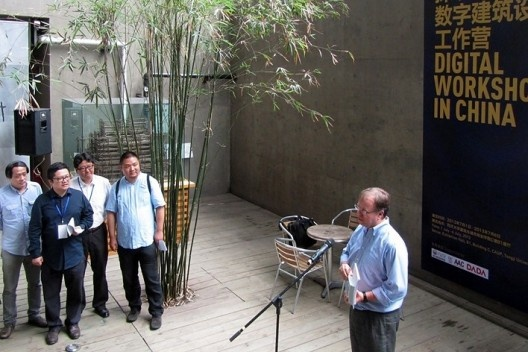 Professor Tom Kvan congratula Feng Yuan na inauguração da exposição Digital Workshop in China<br />Foto Gabriela Celani