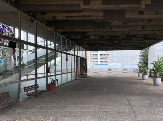Igreja São Bonifácio, 1964-66, arquiteto Hans Broos. Vista do pátio externo<br />Foto Marcos José Carrilho