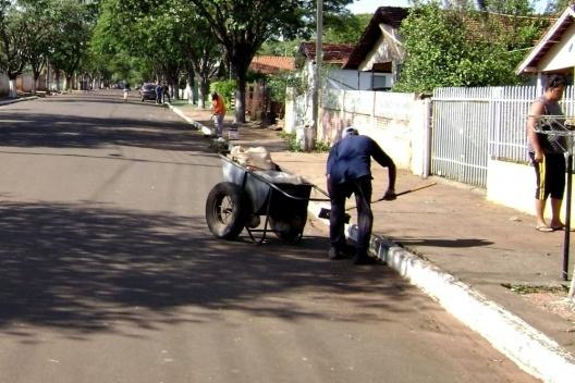 Trato dos espaços públicos em ruas próximas à avenida comercial de Munhoz de Mello/PR [Acervo das autoras, 2009]