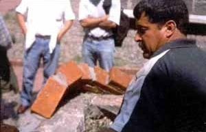 """Bóveda experimental en Ciudad Universitaria. Facultad de Arquitectura, México D.F. 2002. Curso teórico práctico """"Curvas de suspiro y barro"""". Expositor A. R. Ponce. Artesano Ignacio Dorantes Espino"""