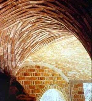 Casa en la Ciudad de México. Arq. A. R. Ponce. Secciones poligonales formadas por los ladrillos que en hiladas asemejan curvas