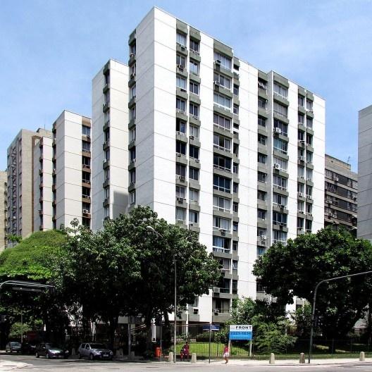 Conjunto de edifícios afastados das divisas sem varandas, Rio de Janeiro, início da década 1970<br />Foto Andréa Redondo