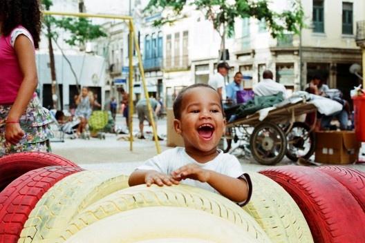 Proyecto Plaza, instrucciones de uso: activación de espacios públicos por medio del juego y materiales de desecho<br />Foto Simón Fique