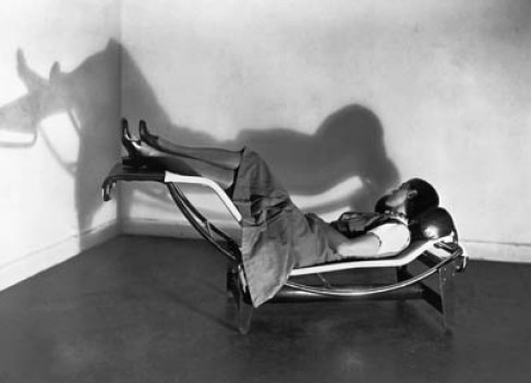 Charlotte Perriand deitada na chaise-longue<br />Foto Pierre Jeanneret