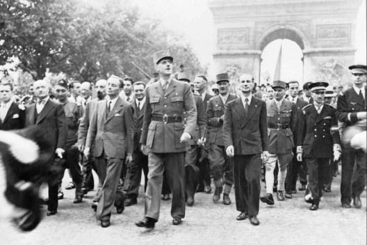 General Charles de Gaulle e sua comitiva parte do Arco do Triunfo pela Champs Elysees de Notre Dame, Libertação de Paris, agosto de 1944<br />Ministry of Information Second World War Press Agency Print Collection  [Wikimedia Commons]