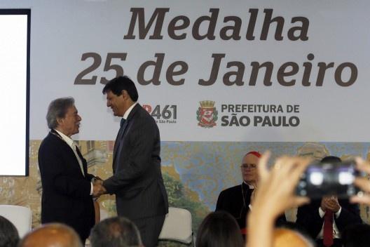 Paulo Mendes da Rocha recebe cumprimento de Fernando Haddad, prefeito de São Paulo<br />Foto César Ogata / SECOM
