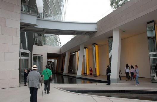 Exterior do edifício, com Inside de Horizon ao fundo<br />Foto Lutero Pröscholdt/Milene Migliano