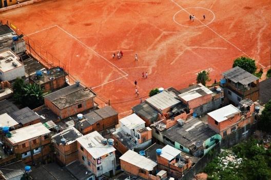 Campinho de futebol na favela de Paraisópolis, São Paulo, 2008<br />Foto Nelson Kon