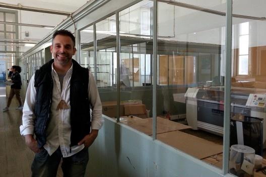 Mauro Costa e a cortadoa a laser da escola<br />Foto Gabriela Celani