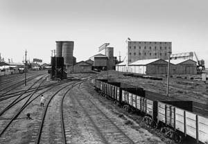 Pátio de manobras ferroviárias e elevadores de grãos, articulando porto, abastecimento e trem <br />Foto: Montaña  [Arquivo CEDODAL]