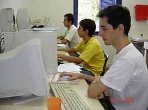Estudantes em escritório técnico local da Arquitetura Pública em Cataguases