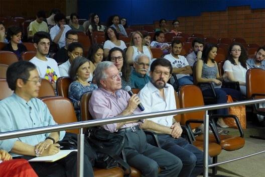 Paulo Bruna, ladeado por Hugo Segawa e Walter Pires, comenta apresentações, Encontro Núcleo Docomomo-SP 2015<br />Foto André Marques