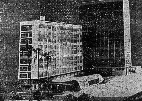"""Foto da maquete do projeto, apresentada na seção de arquitetura do 1o. Salão Paulista de Arte Moderna [jornal """"A Tribuna"""", de Santos, de 20/01/1952]"""