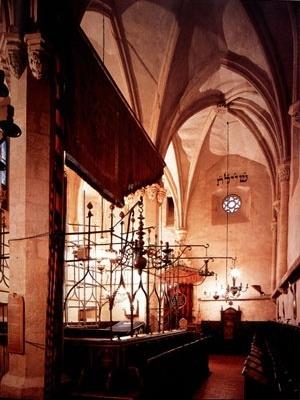 Interior do Altneuschul, Praga, Séc. XVII.  [MEEK, 1996, p. 89]