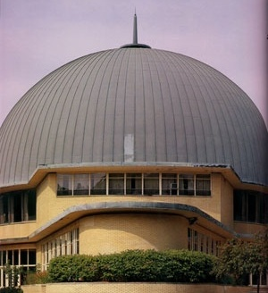 Park Synagogue, Cleveland, OH, EUA, 1953. Eric Mendelsohn. Vista do exterior.  [GRUBER, 2003, p.86]