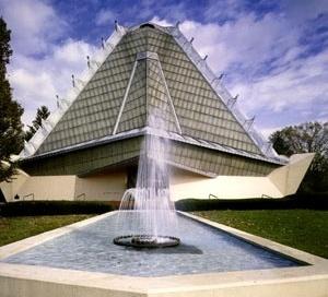 Beth Sholom Synagogue, Elkins Park, PE, 1957. Frank Lloyd Wright.  [GRUBER, 2003, p.105]