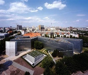 Museu Judaico de Berlin, Berlin, Alemanha, 1999.  Sobre este projeto veja Arquitextos 081: A estrela de Davi estilhaçada: uma leitura do Museu Judaico de Berlim de Daniel Libeskind, de Silvia de Toledo Gomes. www.vitruvius.com.br [www.audacity.org]