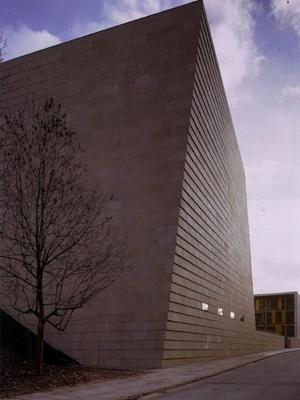 """Nova Sinagoga de Dresden, Alemanha, 2001. Wandel, Hoefer, Lorch e Hirsch. Detalhe do volume retorcido, que """"corrige"""" a orientação do edifício, que deve voltar-se à Jerusalém (leste). [RICHARDSON, 2004, p.176]"""