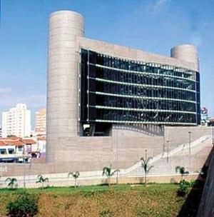 Centro da Cultura Judaica de São Paulo, SP, 2003. Roberto Loeb. Aqui, os rolos da Torah também servem como simbologia matriz. [www.arcoweb.com.br]