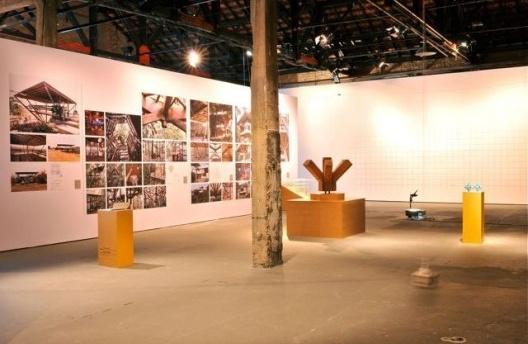 Exposição Território de Contato, Marcos Acayaba e Nicolás Robbio (módulo 2), curadoria Marta Bogéa e Abilio Guerra, Sesc Pompéia, 2013<br />Foto Juan Guerra