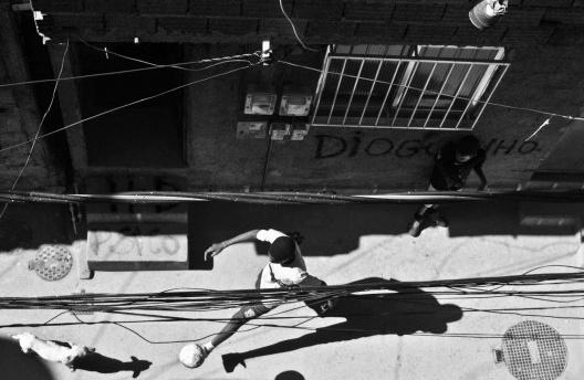 """Ensaio fotográfico """"Morro do Cantagalo"""", por João Diniz, 2011. [divulgação]"""