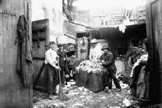 Trapeiros ou catadores de lixo, na Porte d'Asnières, Cité Valmy<br />Foto Eugène Atget  [Musée Carnavalet, Paris]