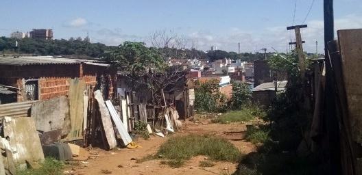Jardim Nicéia, arruamento e habitações precárias, Bauru SP<br />Foto Tainá Maria Silva