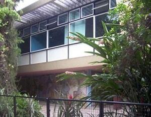 "Casa Nanzita Salgado, fachada frontal com painel de azulejos ""Feira Nordestina"" de Anísio Medeiros, Cataguases, 1954<br />Foto Marcia Poppe, 2003"