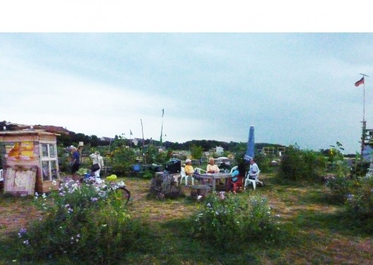 Late afternoon last summer at the Tempelhof Park vegetable garden: beer and nice conversation close to nature. <br />Foto Cecilia Herzog