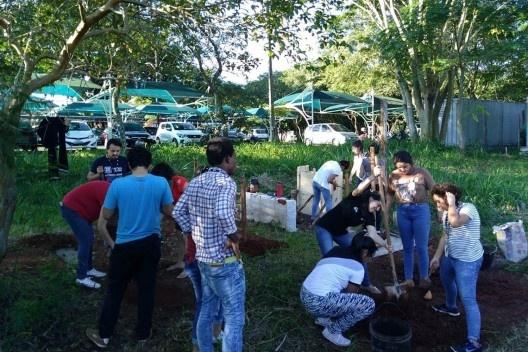 Discentes em aula prática de Canteiro Experimental, executando técnicas diversas em terra crua<br />Foto Gabriel Cunha