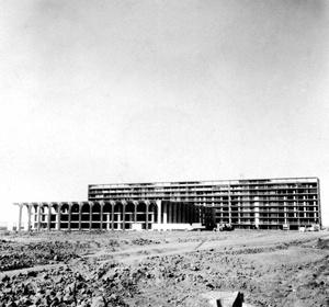 O Itamaraty ainda em obras com a super-estrutura da arcada já completa [Arquivo Público do Distrito Federal; 20 jun. 1966]