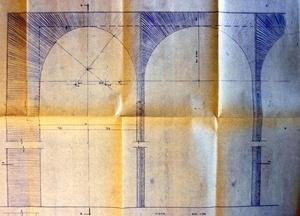 Desenho que mostra a articulação entre o arco padrão e o arco da extremidade da arcada, em que se percebem as diferenças entre ambos. Destaca-se o desenho da textura do concreto, com linhas bem marcantes para  configurar a arcada [Arquivos do Setor de Arquitetura do Ministério das Relações Exteriores]