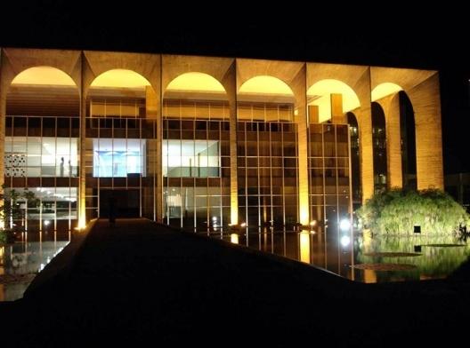 A transparência da caixa de vidro quando iluminada revela os salões, a circulação e o afresco de Volpi para a capela dedicada a D. Bosco<br />Foto Eduardo Rossetti, 2008