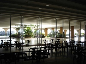 O Salão de Banquetes abrindo-se para a varanda e seu jardim através dos painéis pivotantes. Ao fundo, enquadrado pela arcada, o Palácio da Justiça<br />Foto Eduardo Rossetti, 2008