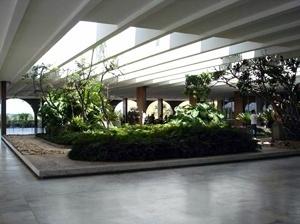 O jardim e a varanda são iluminados por uma pérgola entre as vigas do sistema estrutural da laje de cobertura. As vigas da laje de cobertura ficam parcialmente rebaixadas, criando uma textura com contrastes de claro/escuro sobre todo o pavimento<br />Foto Eduardo Rossetti, 2008