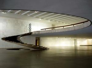 A majestosa escada de acesso ao vestíbulo superior - o mezzanino - que é parte fundamental no percurso de acesso aos salões sociais do Palácio<br />Foto Eduardo Rossetti, 2008