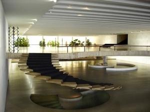 Os dois vestíbulos conectados pela escada e o jardim ao fundo com plantas amazônicas. Destaca-se o polivolume - Ponto de encontro - de Mary Vieira<br />Foto Eduardo Rossetti, 2008