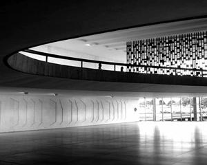 A contribuição de Athos Bulcão: o baixo relevo da parede, a treliça e a paginação do piso<br />Foto Eduardo Rossetti, 2008