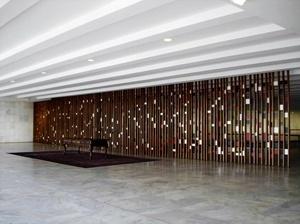 A Sala dos Tratados articula as duas alas em que se localizam os gabinetes do Ministro e do Secretário Geral. Destaca-se a treliça de Athos Bulcão e a mesa em que a Princesa Isabel assinou a Lei Áurea<br />Foto Eduardo Rossetti, 2008