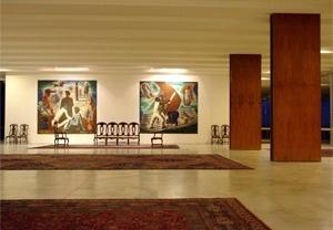 Tapetes, móveis e obras de arte organizam os espaços sociais do Palácio. Estes dois quadros de Portinari foram expostos no pavilhão brasileiro na Feira de Nova York, em 1939<br />Foto Eduardo Rossetti, 2008