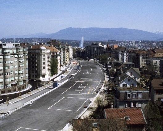 Parque linear sobre linha de trem CFF, marcação no solo para avaliação de usos, Geneva, Suíça, 1992-2002. Arquiteto Pierre Bonnet<br />Foto divulgação