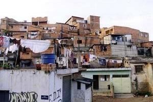Favela 'Inferninho' em Embu das Artes na periferia oeste de São Paulo<br />Foto Merten Nefs, fev. 2005
